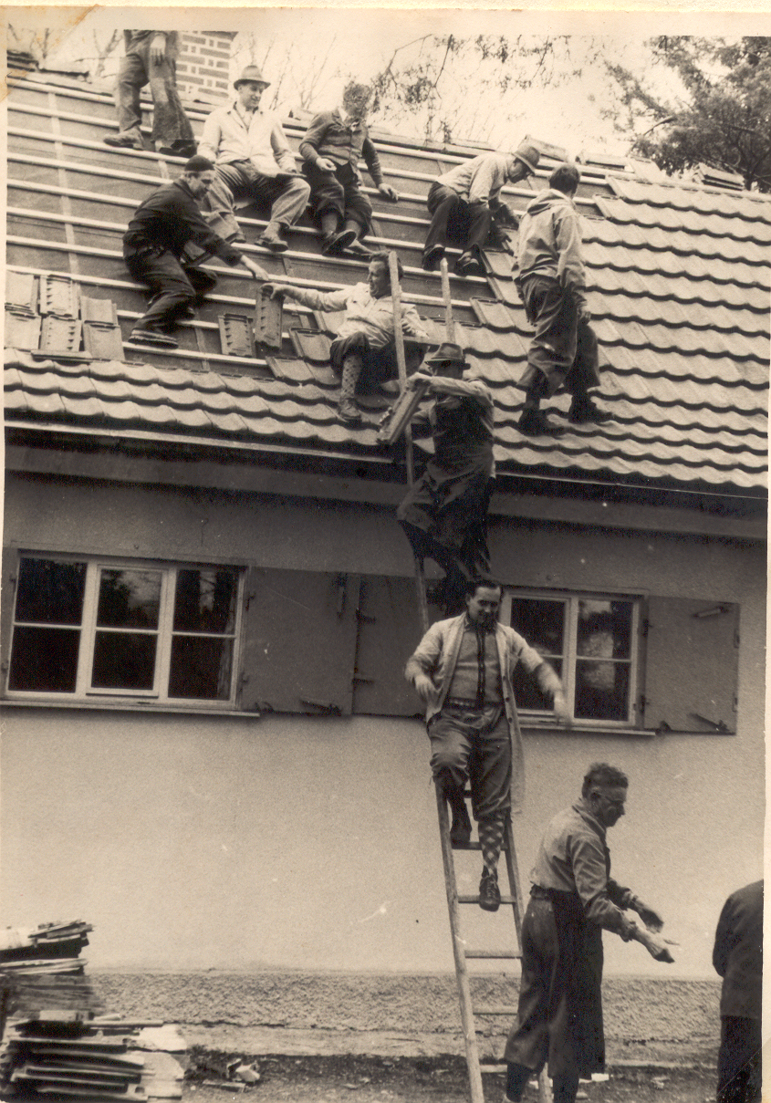 Hütte_1956_Dachdecken